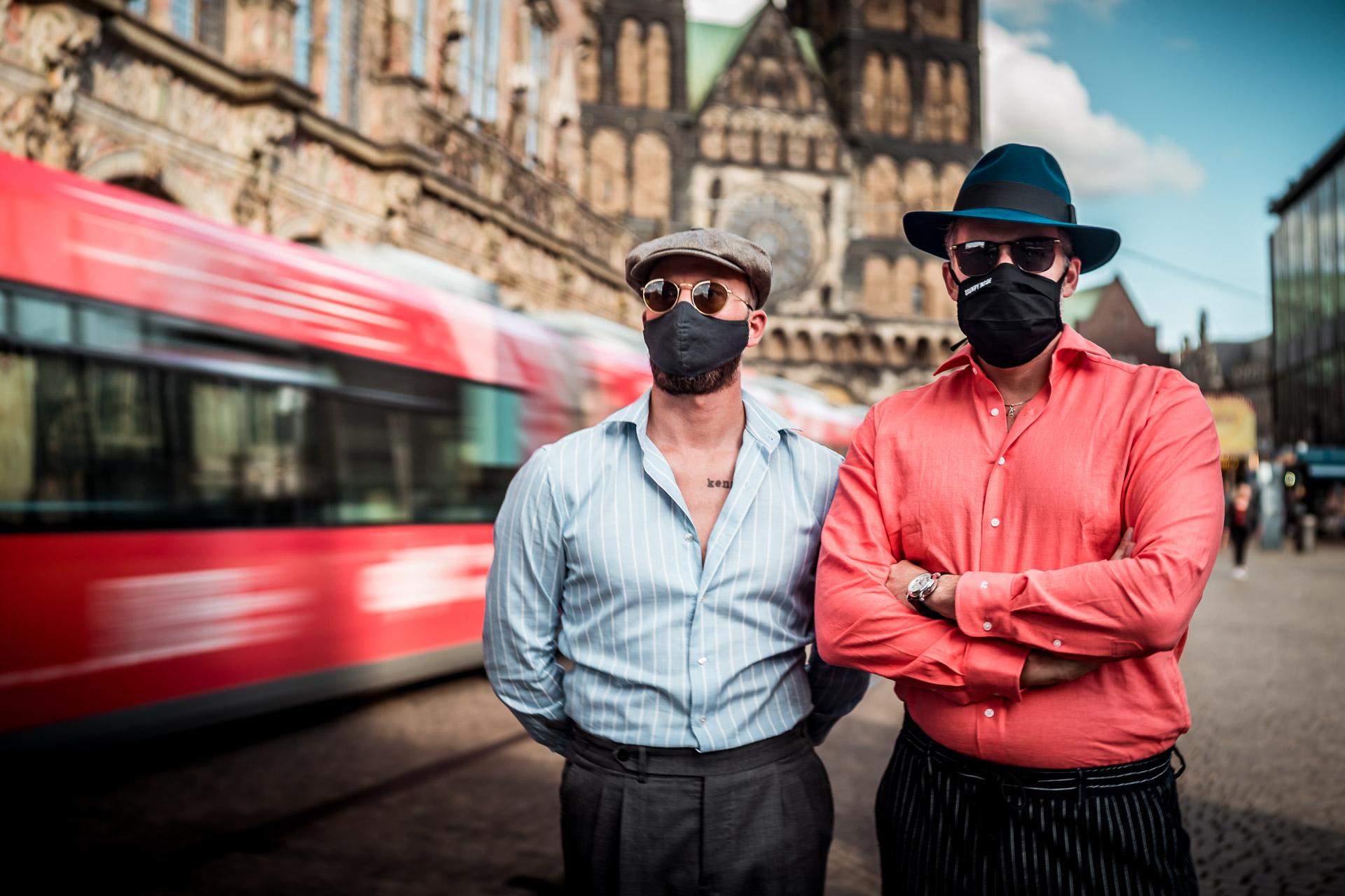Eine Maske gehört nun zum Outfit!